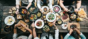 Обои Много Сверху Тарелке Сковорода Руки Стол Продукты питания