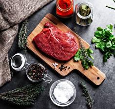 Фотографии Мясные продукты Пряности Перец чёрный Разделочной доске Солью Пища