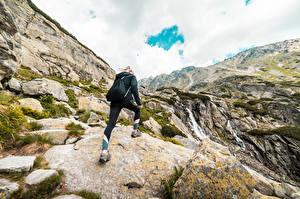Фото Гора Камень Альпинизм Блондинки Рюкзак девушка Природа