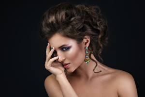 Фотографии Позирует Рука Причёска Макияж Лицо Модель Серьги молодая женщина