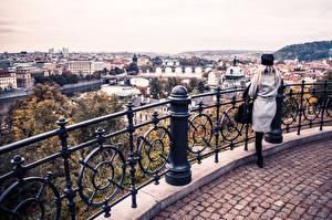 Обои Прага Речка Чехия Здания Ограда город Девушки