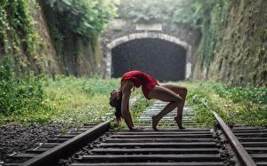 Фотографии Железные дороги Гимнастика Ног Поза Momo Power молодая женщина