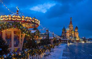 Обои для рабочего стола Россия Москва Новый год Храмы Вечер Городской площади Гирлянда Елка Снег St. Basil's Cathedral город