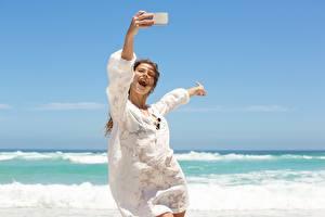 Картинки Море Лето Радость Селфи Отдых Ветрено молодые женщины