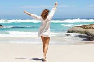 Обои для рабочего стола Море Лето Позирует Отдых Песке Ног Шатенки Ветер Девушки