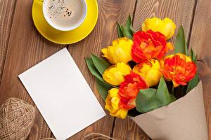 Обои Тюльпаны Кофе Букеты Доски Шаблон поздравительной открытки Лист бумаги Цветы