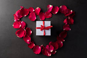 Обои для рабочего стола День всех влюблённых Серый фон Лепестков Красные Подарки Серце цветок