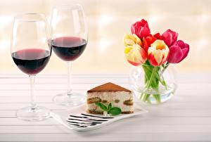Картинки Вино Пирожное Тюльпан Бокал Кусок Вазы Цветы