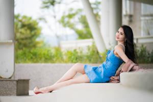 Картинки Азиатки Боке Позирует Ног Платья Брюнетки Миленькие Лежа девушка