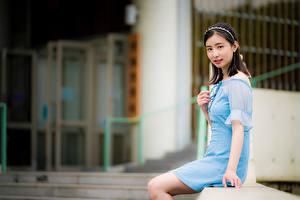 Фото Азиатки Боке Сидящие Платья Брюнетки Смотрит