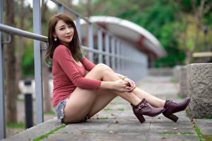 Обои Азиатка Размытый фон Сидя Ног Шорты Шатенки Взгляд Туфлях Забором кофта молодые женщины