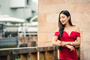 Картинка Азиатки Поза Платье Рука Вырез на платье Брюнетки Размытый фон девушка