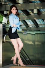 Обои Азиатки Позирует Ноги Юбке Блузка Улыбается Шатенки Красивая молодая женщина