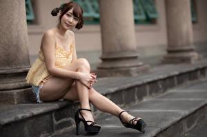Фото Азиаты Сидящие Ноги Шортах Шатенка Причёска девушка
