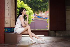 Фото Азиаты Сидит Туфли Ноги Платье Брюнетки Красивая молодая женщина