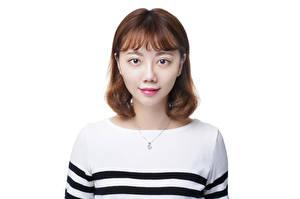 Обои Азиатки Белом фоне Свитере Шатенки Смотрит девушка