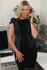 Фотографии Blanca Brooke Секретарша Телефона Блондинки Смотрит Улыбается Рука девушка