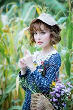 Картинка Букет Азиатки Боке Платья Рука Шатенки Шляпы Смотрит Миленькие девушка