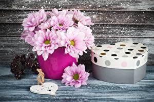 Обои для рабочего стола Букет Хризантемы День всех влюблённых Коробки Подарок Вазе Сердечко цветок