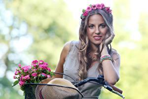 Картинка Букеты Розы Боке Венком Шляпы Велосипеды Руки Волосы Смотрит Русых Прически девушка Цветы