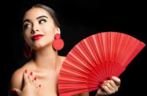Обои На черном фоне Серег Маникюра Мейкап Красными губами Веер Camila девушка