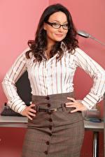 Фото Carla Brown Секретарши Шатенки Взгляд Очки Рука Поза молодые женщины