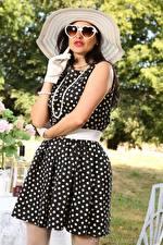 Фотография Cassie Clarke Ожерелья Брюнеток Шляпы Очков Платье Руки Перчатках Девушки