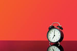 Картинка Часы Будильник Отражении Красном фоне