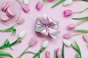 Картинка Печенье Тюльпан Цветной фон Бантики Коробки Подарок Тарелке Макарон Пища Цветы