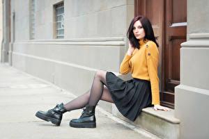 Картинки Сидя Ботинках Ноги Юбка Свитера Пирсинг Шатенка Смотрит Elisa молодая женщина