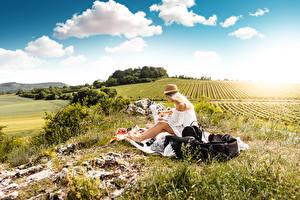 Картинки Поля Траве Пикнике Блондинки Шляпы Сидящие девушка Природа