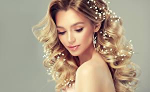 Фотография Сером фоне Блондинки Волос Лица Красивая Прически Фотомодель девушка