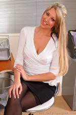 Фото Lexi Lowe Секретарша Кресло Блондинки Улыбается Смотрит Рука Сидящие девушка