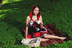 Обои Корзины Сидящие Платья Брюнетка Взгляд Красная Шапочка Li Moon молодые женщины