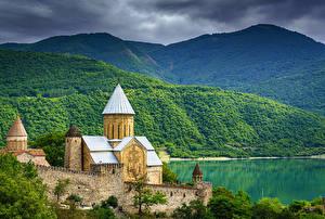 Картинки Гора Речка Крепость Грузия Башни Ananuri