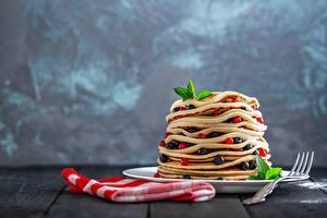 Фотография Блины Ягоды Смородина Вилки Тарелка Пища