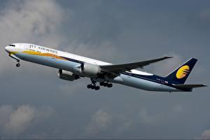 Фотография Самолеты Пассажирские Самолеты Боинг Сбоку 777-300ER, Jet Airways