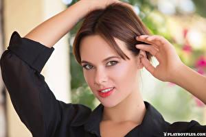 Картинки Playboy Шатенка Рука Смотрит Лицо Raise молодые женщины