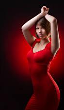 Фотографии Поза Платья Красные Руки Шатенки Взгляд молодые женщины