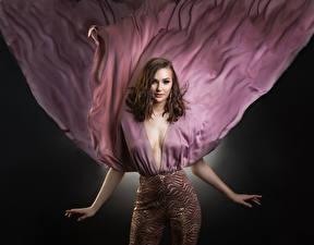 Картинки Поза Рука Платья Декольте Шатенки Взгляд брюки молодая женщина
