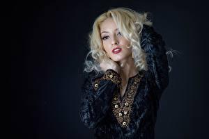 Фотографии Позирует Руки Платья Макияж Блондинка Красивые девушка