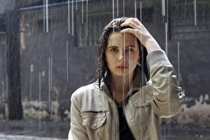 Фото Дождь Брюнетки Смотрит Влажные Куртке Рука Волос девушка