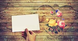 Фотографии Розы Лист бумаги Руки Серце Доски Шаблон поздравительной открытки Цветы