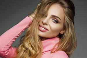 Картинки Улыбается Модель Косметика на лице Волосы Смотрят девушка