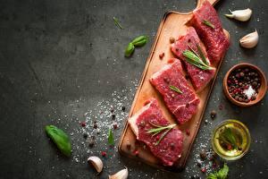 Обои Приправы Чеснок Мясные продукты Перец чёрный Разделочной доске