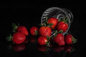 Фотография Клубника На черном фоне Миска Пища