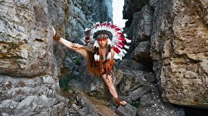 Фотографии Индейский головной убор Индейцы Скалы Поза Alena Turcan, Vyacheslav Turcan молодая женщина