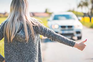 Картинки Боке Блондинок Вид сзади Волос Волосы Руки hitchhiking Девушки