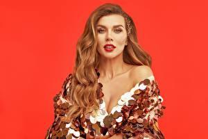 Картинки Анна Седокова Красном фоне Платье Мейкап Улыбается Взгляд Знаменитости