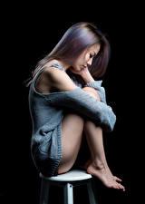 Фотография Азиатки На черном фоне Сидящие Ног Волос кофточка девушка